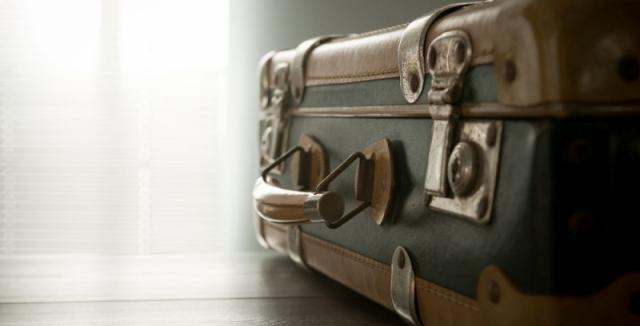 Starý cestovní kufr nemusí doma překážet. Vytvořte z něj originální  konferenční stolek do obýváku • Hobby / Plus.cz
